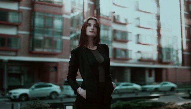 Бізнес-леді варто на вулиці