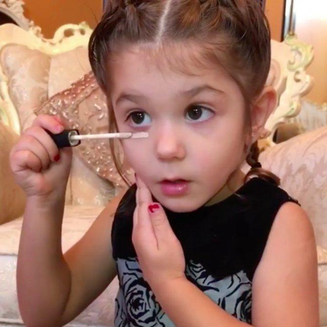дівчинка робить макіяж