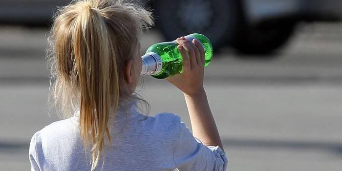 Дівчинка з пляшкою пива
