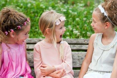 Дівчата спілкуються