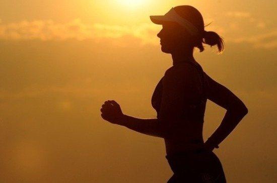 дівчина бігає