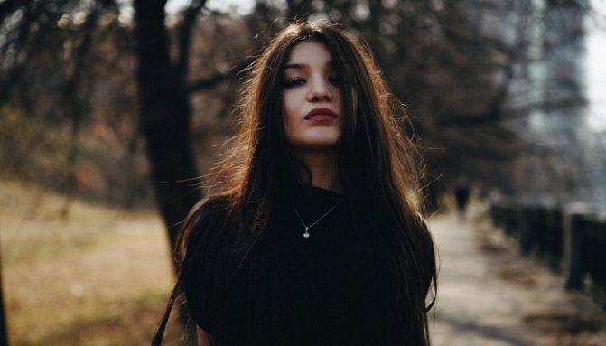 Красива дівчина в чорному