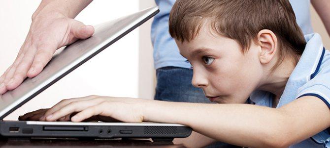 Хлопчик грає в комп'ютер