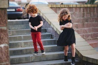 Хлопчик з дівчинкою на сходах