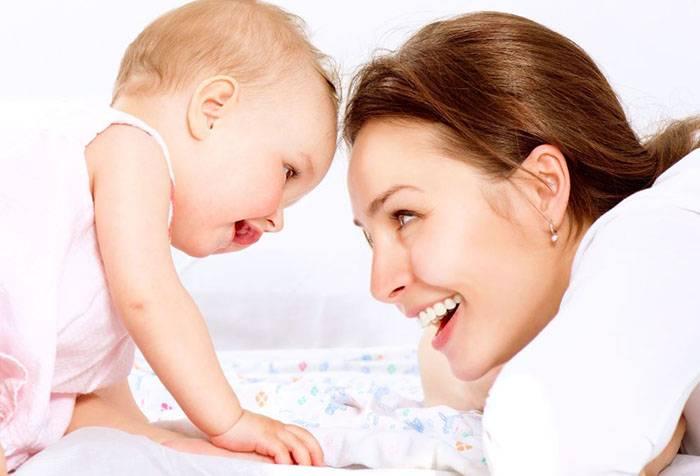 Малюк спілкується з мамою