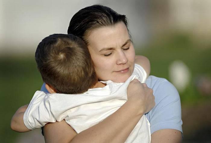 Мама обіймає сина