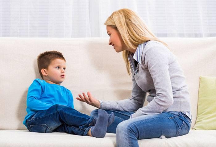 Мама розмовляє з п'ятирічною дитиною
