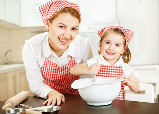 мама з донькою готують