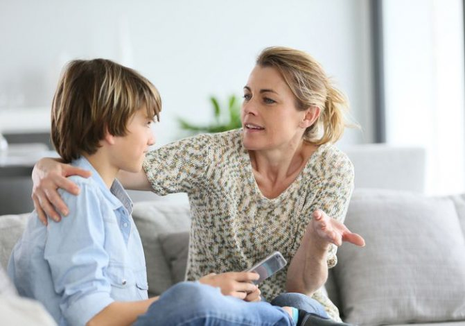 Мати розмовляє з сином
