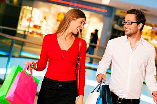 чоловік і жінка ходять по магазинах