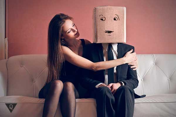 чоловік соромиться поруч з жінкою