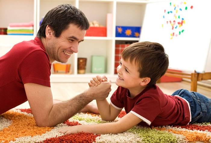 Папа грає з сином