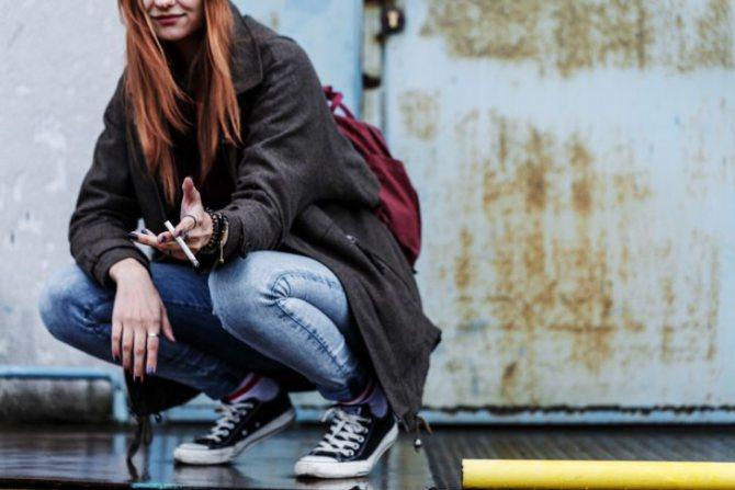 підліток курить