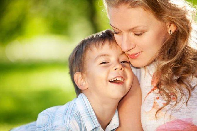 П'ятирічна дитина притискається до мами