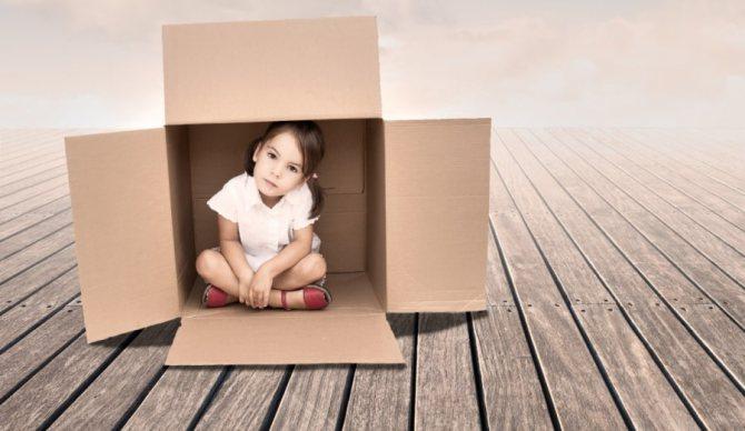 Дитина в коробці