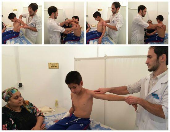 Лікар оглядає м'язи хлопчика