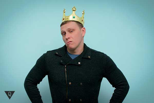 зарозумілий чоловік з короною на голові