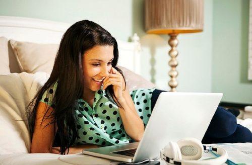 Жінка знайомиться в інтернеті